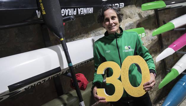 Amaia Osaba, junto a su piragua (la negra) y su pala, ayer en el Club Piragüismo Pamplona. La navarra sujeta el 30, como el número de campeonatos de invierno que suma.