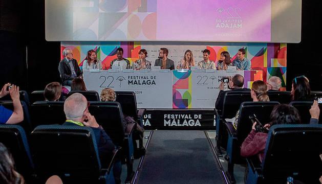 Caballero, quinto por la izquierda, en la presentación de la película en Málaga con el resto del equipo.