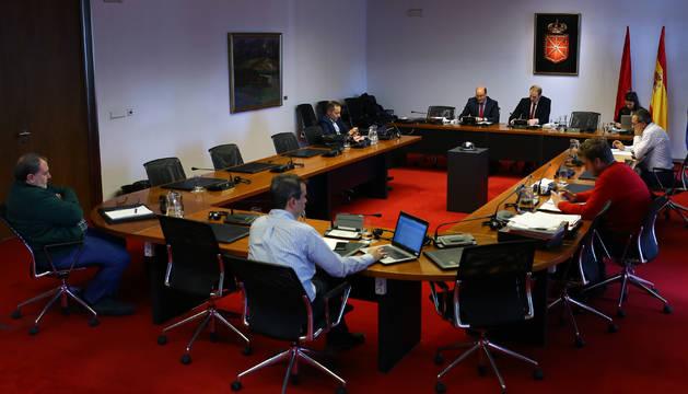 Miembros de la comisión parlamentaria que investiga Sodena el día que compareció el exgerente Carlos Fernandez Valdivielso.