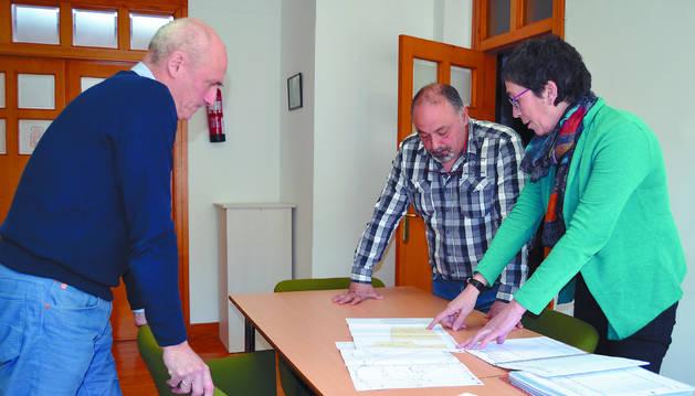 Javier Fernández Militino, de Nasuvinsa, y el alcalde Manuel Terés revisan con una técnica el proyecto de ampliación de 21.234 m2 de suelo industrial situados frente al polígono de La Currilla de Andosilla.