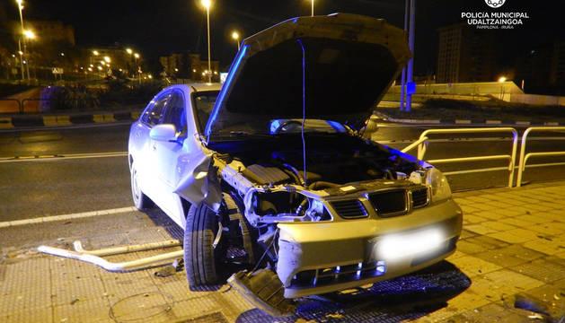 Imagen del vehículo que se ha salido de la vía en la Avenida de Navarra.