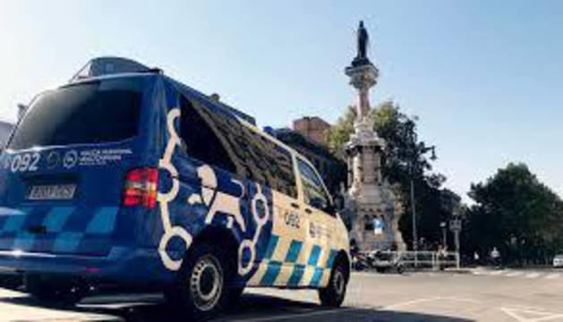 Imagen de una patrulla de Policía Municipal de Pamplona, frente al monumento a los Fueros.