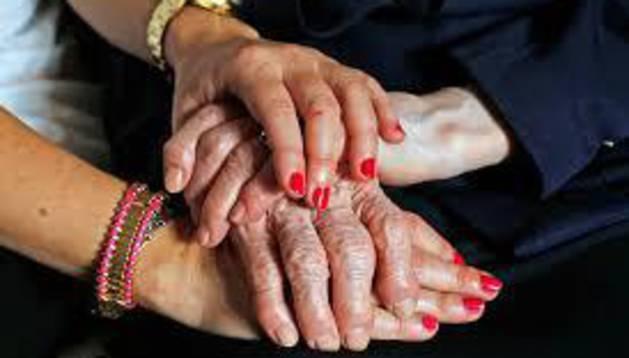 foto de manos de ancianos