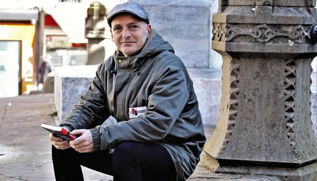 Juantxo Skalari, con un ejemplar de JSK Memorias de kalle y tren, un libro que ha tardado en escribir dos años.