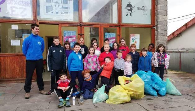 Escolares del Pirineo trabajaron duro para limpiar de basura las localidades. En la foto, Espinal.