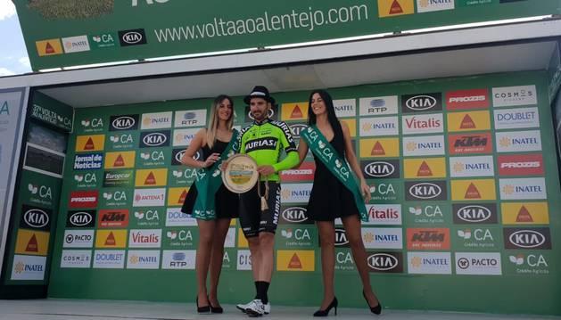 Enrique Sanz, en el podio tras ganar la segunda etapa de la Vuelta al Alentejo.