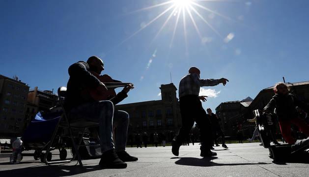 Músicos callejeros en la Plaza del Castillo en un día soleado y primaveral.