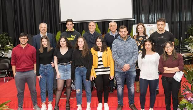 Los alumnos que realizarán el programa Erasmus + entre abril y junio, junto al director y representantes del centro y del Gobierno foral.