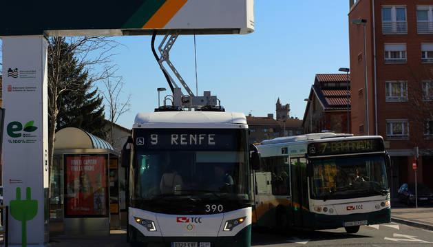 Un autobús recarga las pilas en el pantógrafo de la parada junto a la estación de Renfe. Completa la tarea en  menos de cuatro minutos. Mientras, los viajeros suben y bajan.