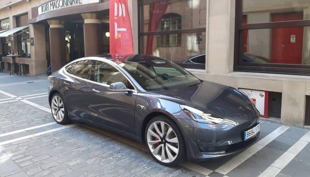 El Tesla Model 3, en el exterior del Maisonnave antes de realizar la prueba. Estética elegante y deportiva.