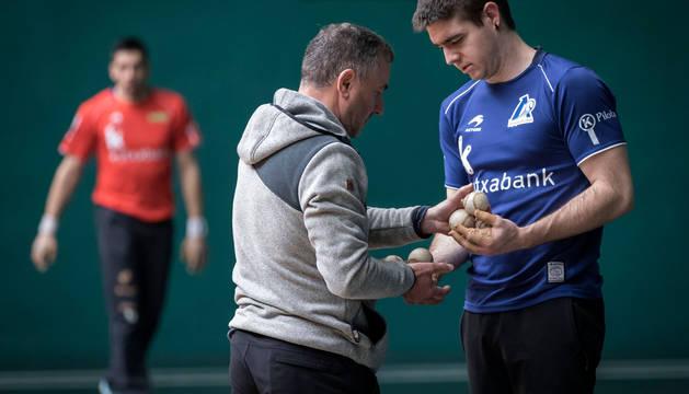 Irribarria intercambia con Alustiza, seleccionador de material, las seis pelotas de hoy.