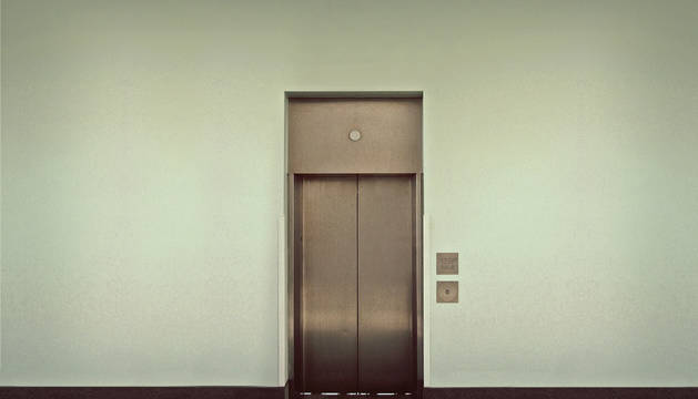Pierde parte de un dedo en un incidente con un ascensor en Pamplona