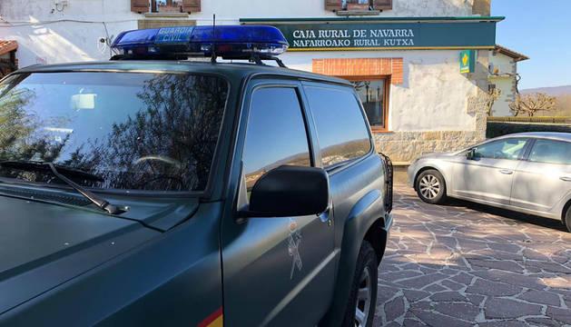 La Guardia Civil, frente a la sucursal de Larraintzar donde se ha producido el atraco.