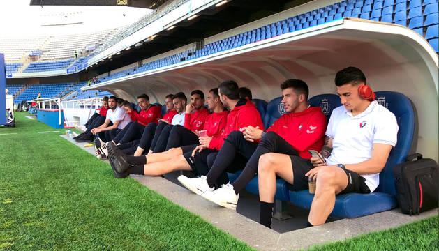 Los jugadores de Osasuna, en el banquillo del estadio Heliodoro Rodríguez López.