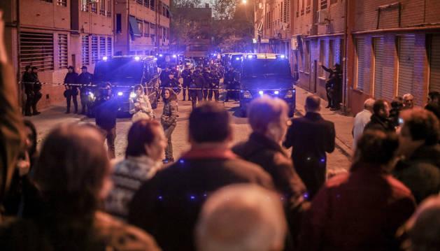 Foto de la concentración de vecinos en Vallecas (Madrid) tras el asesinato a puñaladas de un hombre.