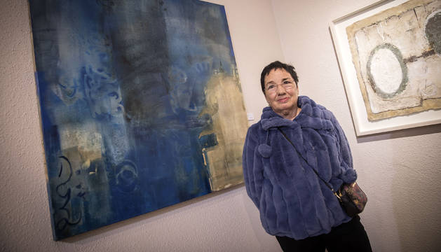 Foto de la artista navarra Esperanza Yunta, junto a una de las obras abstractas de la exposición. Se trata del cuadro que representa a la reina Toda.