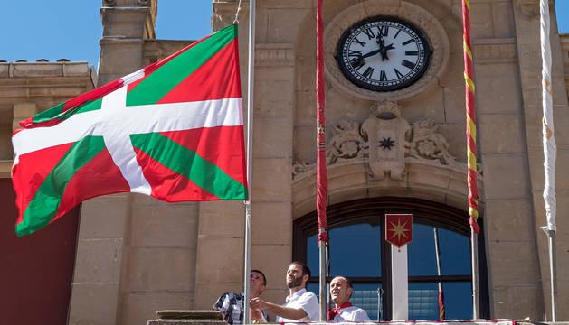 Momento en el que se coloca la ikurriña en el Ayuntamiento de Estella, en el cohete festivo en agosto de 2017.