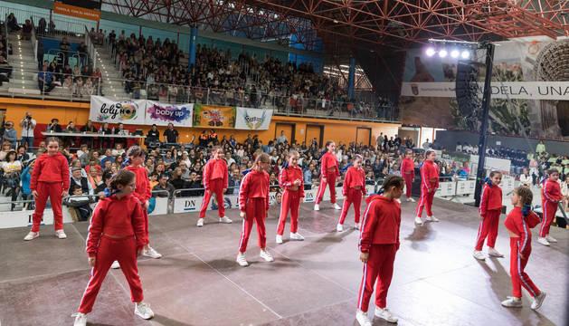 EL CIUDAD DE TUDELA, ABARROTADO Un abarrotado Ciudad de Tudela disfruta de la actuación del grupo 'Loly Hop', que se impuso en la categoría Baby.