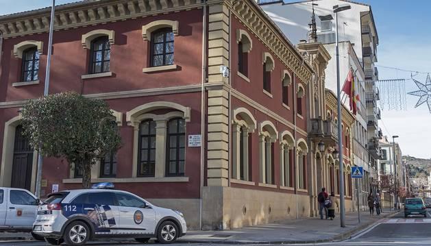 Foto del acceso a la sede de la Policía Municipal de Estella, en uno de los laterales de la casa consistorial de la ciudad.