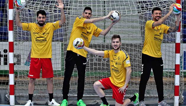 Los jugadores de Osasuna Magna Eric Martel, Adri Ortego, Álex Diz y Araça se enfundan la camiseta de portero-jugador para el ataque de cinco.