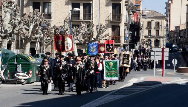 Foto de la comitiva de Cofradías recorrió las calles de Tafalla en una marcha cívica.