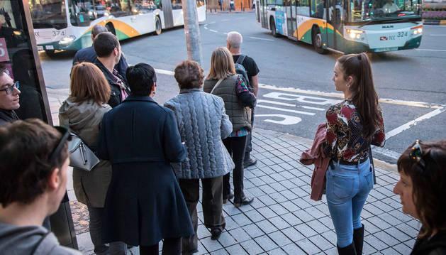 Usuarios esperaban ayer al autobús en la plaza de Merindades.