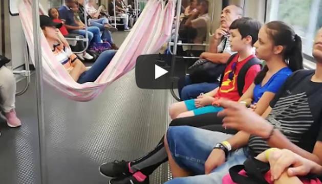 El vídeo de un hombre que colgó una hamaca en el metro se hace viral