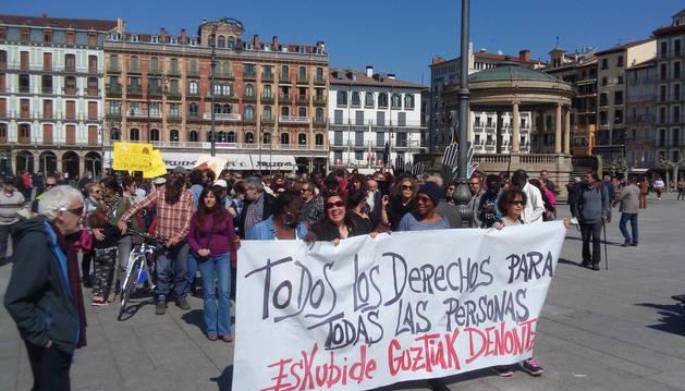 foto de Manifestantes en la plaza del Castillo de Pamplona