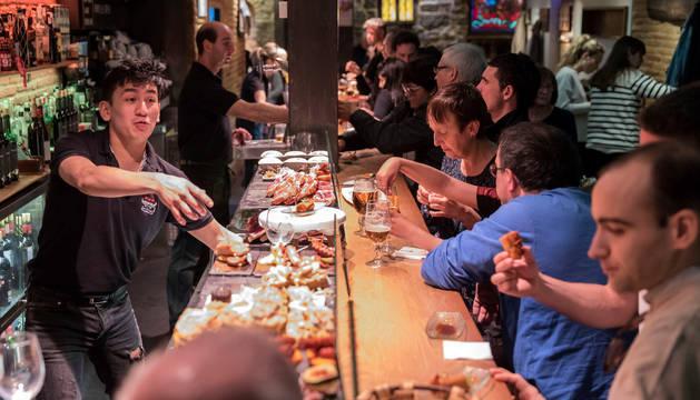 Gran afluencia en el primer fin de semana de la XXI Semana del Pincho en el bar Otano del Casco Viejo.