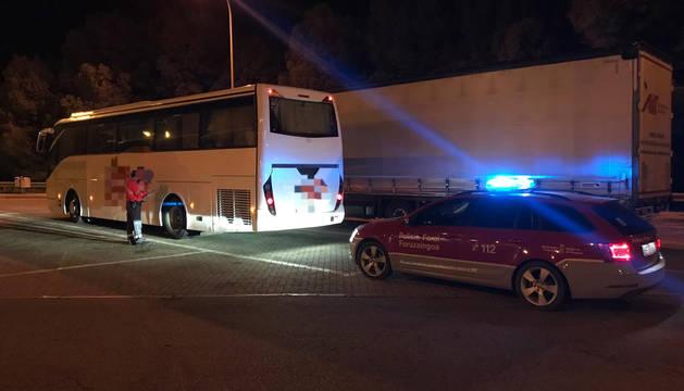 Imagen del autobús inmovilizado por los agentes de Policía Foral en Valtierra.