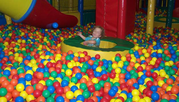 foto de Un niño en una piscina de bolas