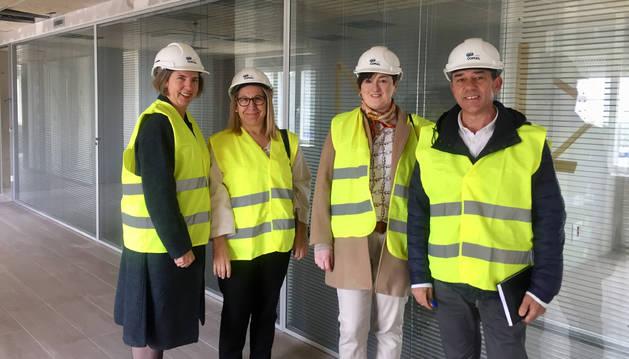 María Ángeles Montes (directora regional del Servicio de Empleo Estatal) , Paz Fernández (gerente del SNE); Elena Larumbe y Miguel Ángel Jorge, del SEPE y SNE en Alsasua, respectivamente.