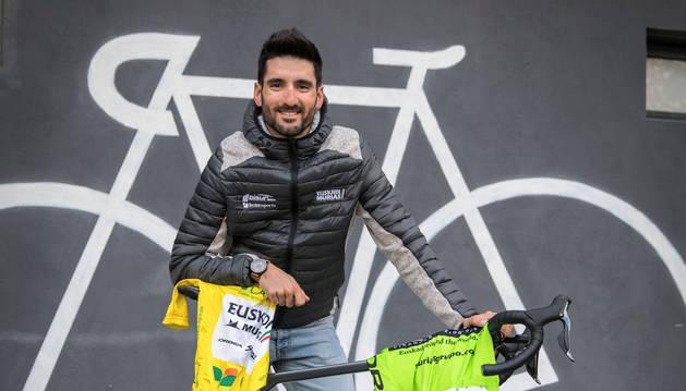 Enrique Sanz, este lunes por la tarde en Orkoien con el maillot de líder de Alentejo y el maillot de Murias.