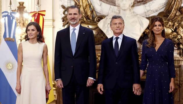 Han iniciado su visita con una ofrenda floral al monumento en Buenos Aires del general José de San Martín