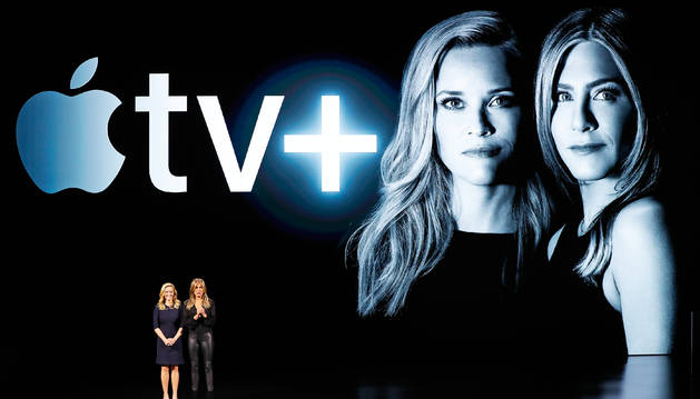 Las actrices Reese Witherspoon y Jennifer Aniston durante la presentación de Apple TV en el Teatro Steve Jobs en Cupertino.