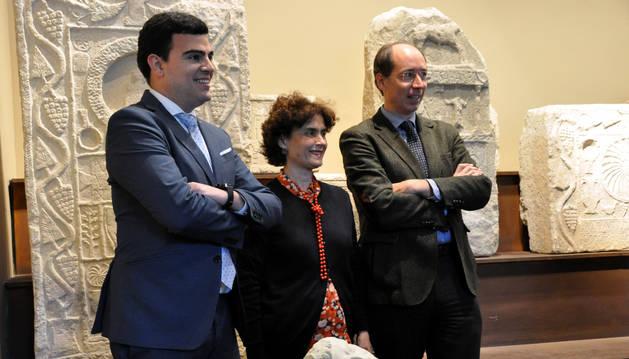 Foto de Romero, Jover y Andreu, junto a la imagen del Augusto divinizado.