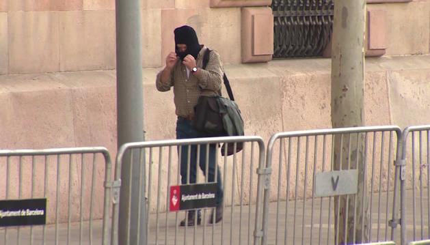 foto de El exprofesor de Maristas, Joaquín Benítez, juzgado por abusos sexuales, a su entrada a los juzgados en Barcelona.
