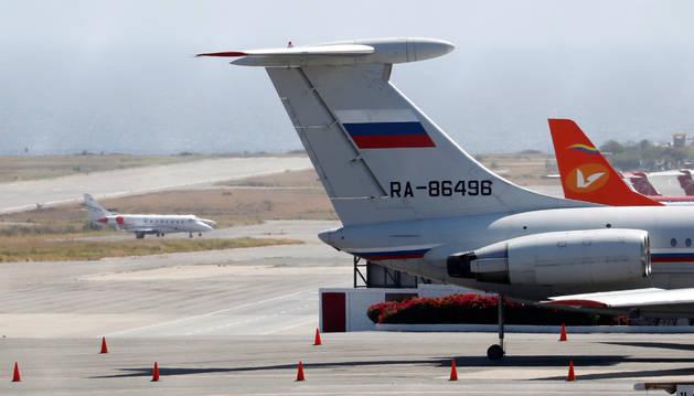 Foto de un avión con bandera rusa en el aeropuerto de Caracas.