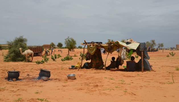 Alojamiento precario de un grupo de desplazados desde el norte de Malí hasta Níger, en la región de Tahoua. Huyen del conflicto armado.