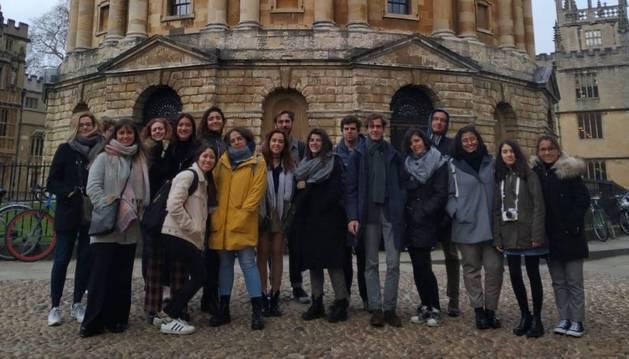 Foto de familia tomada en una de las visitas que los estudiantes de la UN han realizado por la capital de las islas británicas.