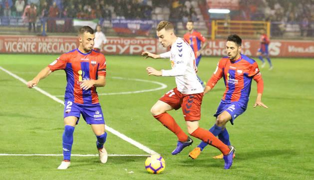 Clerc protege el balón frente a dos jugadores del Extremadura en la primera vuelta.