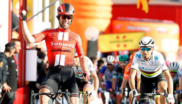 El australiano Michael Matthews, del equipo Sunweb, se impone al esprint a Alejandro Valverde, del Movistar, en la segunda etapa de la Volta a Catalunya.