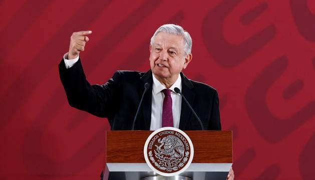 Foto del presidente de México, Andrés Manuel López Obrador, habla durante su rueda de prensa matutina este lunes en el Palacio Nacional, en Ciudad de México (México)