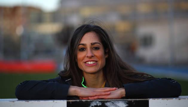 La atleta Alicia Carrera, protagonista del mediofondo y el fondo navarro, posando en las instalaciones del estadio Larrabide.