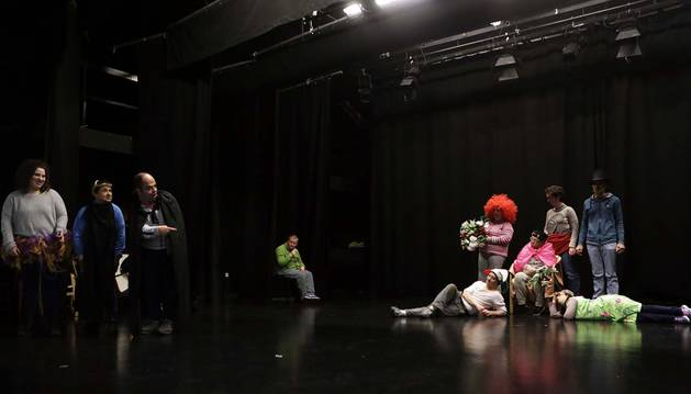 Uno de los ensayos de los integrantes del taller ocupacional de Aspace Uxane, en cuya obra participarán 24 intérpretes.