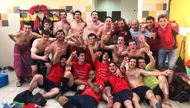 Los integrantes de la primera plantilla posan momentos después de conseguir el último ascenso a tercera división en Azagra en 2017.