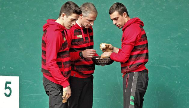 Agirre selecciona pelotas para su tercera final del Parejas de Promoción aconsejado por su zaguero Rubén Salaverri y el intendente Rubén Beloki.