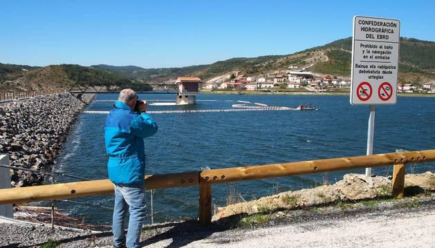 La presa de escollera con núcleo asfáltico, de 622 m de longitud (a la izda.), contiene una lámina de 45 hm3 de agua en torno a Nagore.