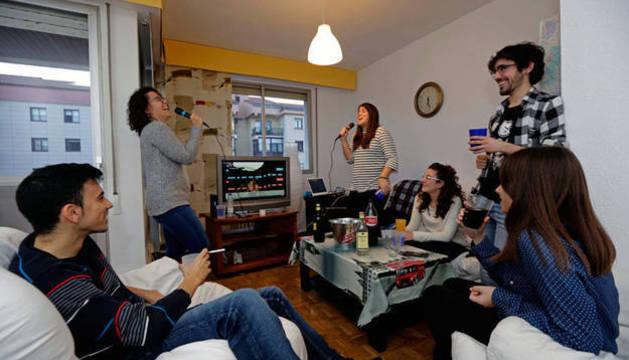 Imagen de varios jóvenes disfrutando de una fiesta en un piso.