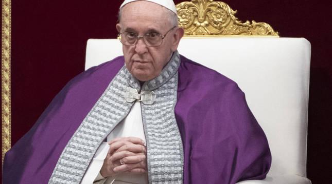 foto de El papa Francisco oficia una misa penitente en la Basílica de San Pedro en El Vaticano.